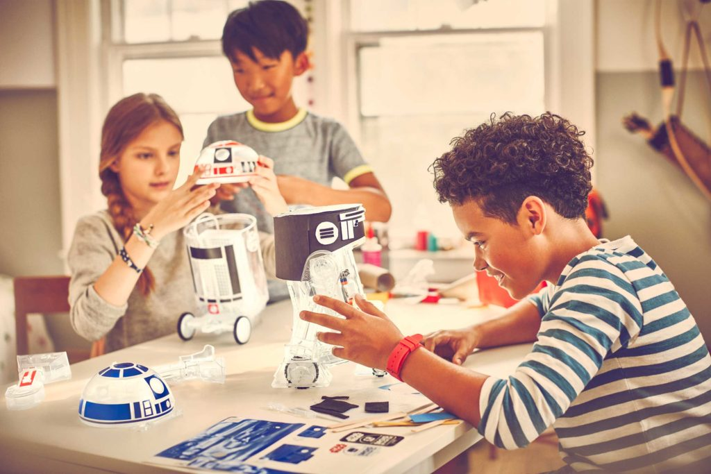 Children building the Droid Inventor Kit