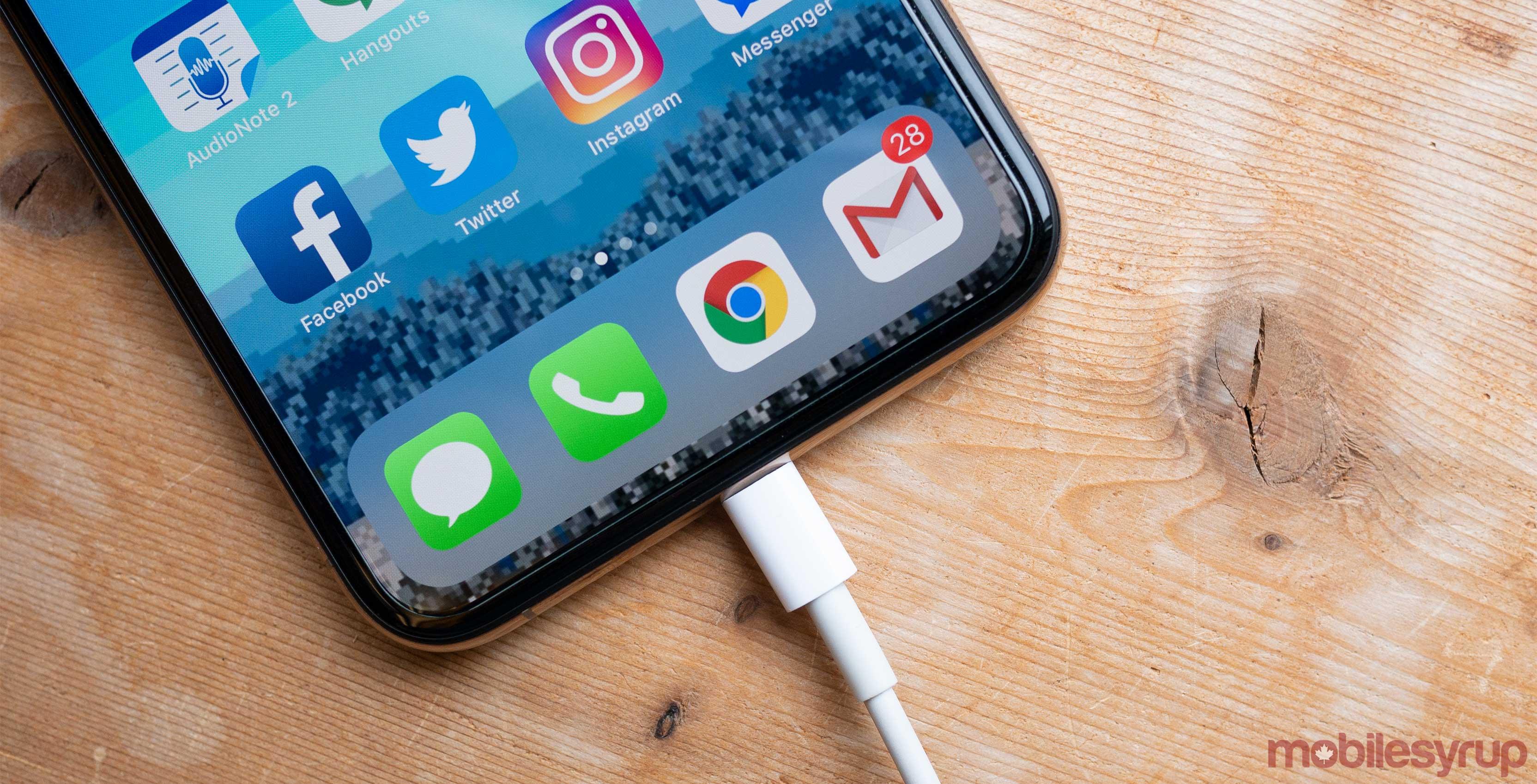 iPhone XS Lightning port